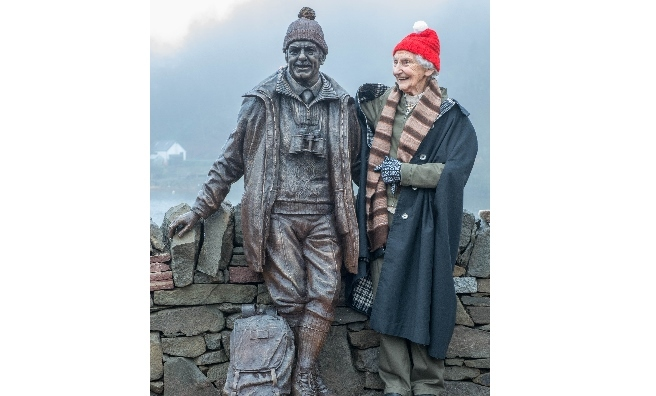Rhona Weir with the bronze statue of her husband, Tom. Photo by Paul Saunders Photography